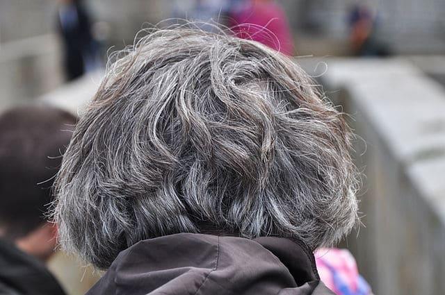 eliminar-el-gris-de-las-mechas-del-cabello-rubio.